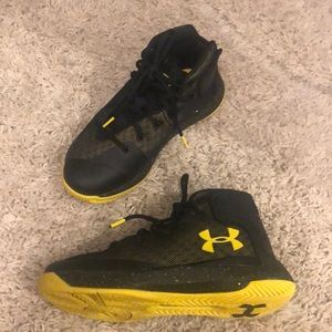 Size 2 Stephen Currie Under Armor shoes. Like new